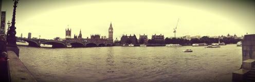 全景大笨钟泰晤士河明信片的伦敦英国葡萄酒作用 免版税库存照片