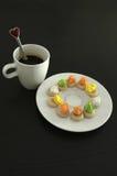 热的咖啡和泰国传统曲奇饼,咖啡休息 免版税库存图片