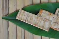 在香蕉叶子的烤平的香蕉柬埔寨食物 免版税库存图片