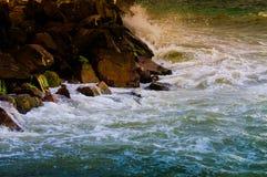 五颜六色的岩石岸 免版税库存照片