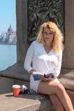 著名桥梁的美丽的白肤金发的游人在布达佩斯 免版税库存图片