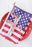 美国集会桌与旗子的餐位餐具在白色木桌上 免版税库存照片