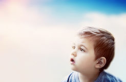 看与惊奇的表示的男孩天空 儿童想象力 免版税库存照片