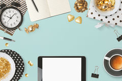 Дизайн заголовка вебсайта с цифровой таблеткой и женственным очарованием возражает над голубой предпосылкой Стоковая Фотография RF