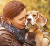 妇女和她喜爱的狗画象 免版税库存照片