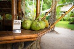 新鲜的绿色椰子销售  免版税库存照片