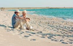 Μέσο ηλικίας ζεύγος στην παραλία Στοκ εικόνα με δικαίωμα ελεύθερης χρήσης