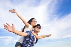 获得年轻的夫妇乐趣和享受暑假 免版税库存图片