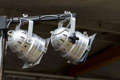 在一个室外节日的阶段的两盏银色同水准聚光灯 免版税图库摄影