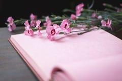 Ρόδινη εκλεκτής ποιότητας σελίδα λευκωμάτων φωτογραφιών με τα λουλούδια Στοκ Εικόνες