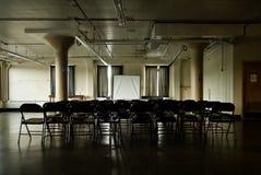 黑暗的阴沉的会议室 库存照片