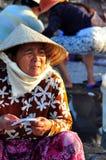 越南妇女在一个地方海鲜市场上卖她的鱼 免版税图库摄影
