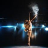 摆在阶段的金发跳芭蕾舞者在剧院 库存图片
