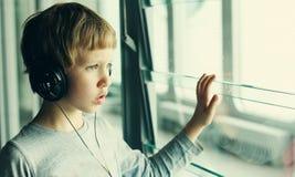 Мальчик с наушниками Стоковое Изображение