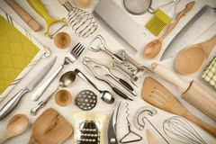 Утвари кухни установленные на деревянную предпосылку текстуры Стоковые Фото