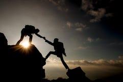 登山人帮助 免版税库存照片