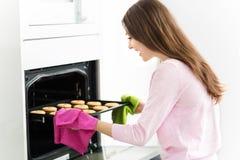妇女烘烤曲奇饼 图库摄影