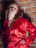 Τοποθέτηση σε ένα κόκκινο πουκάμισο Στοκ εικόνα με δικαίωμα ελεύθερης χρήσης