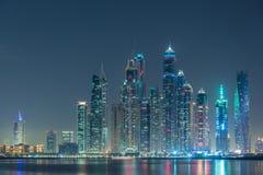 在夜小时,迪拜小游艇船坞摩天大楼 图库摄影