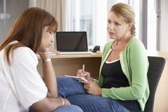 Молодая женщина имея консультировать встреча Стоковые Изображения