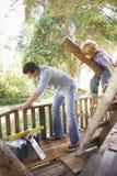 Дом на дереве здания отца и сына совместно Стоковое Изображение RF