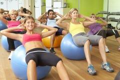 参与在健身房健身类的妇女 免版税库存照片