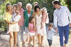 在一起国家步行的三一代家庭 免版税库存图片