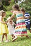一起使用小组的孩子户外 免版税库存照片