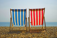 五颜六色的海滩睡椅 免版税库存图片