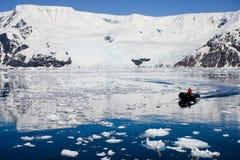 橡胶充气救生艇航行在南极水域中 免版税库存照片