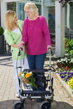 帮助资深妇女的护士走与步行者 库存照片