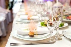 餐巾和糖果在板材在假日桌上服务 免版税库存照片