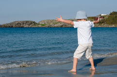 Ένα παιδί που παίζει με τα κύματα Στοκ εικόνα με δικαίωμα ελεύθερης χρήσης