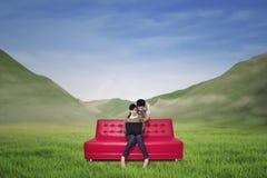 使用膝上型计算机的夫妇在山风景 图库摄影