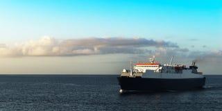 运输乘客的渡轮航行日出在特立尼达和多巴哥 免版税库存照片