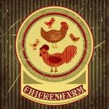 Οργανική ετικέτα αγροτικών αστεία κινούμενων σχεδίων με το οικογενειακό κοτόπουλο: κόκκορας, κότα με τα κοτόπουλα, σπίτι κοτών Στοκ Φωτογραφία