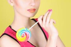有棒棒糖的女孩 免版税库存照片