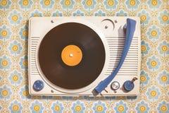 在花墙纸顶部的葡萄酒电唱机 图库摄影