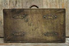 在木背景的旅行概念与古色古香的皮革行李 库存图片