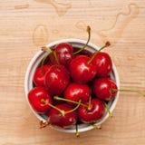 在白色碗的湿樱桃 库存图片