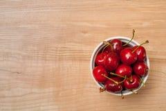 在白色碗的湿樱桃 免版税库存照片