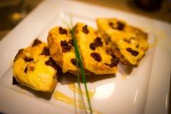 加调料的口利左香肠蜂蜜薄饼 库存图片