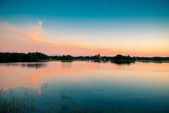 湖日落和天空 免版税库存图片