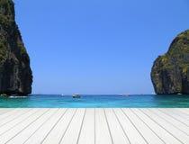 Белая деревянная терраса с заливом Майя Стоковые Изображения RF