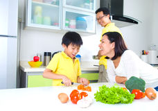 亚洲家庭厨房生活方式 图库摄影