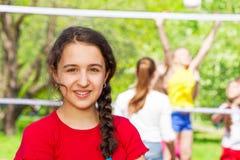 Μεσο-Ανατολικό κορίτσι εφήβων κατά τη διάρκεια του παιχνιδιού πετοσφαίρισης Στοκ φωτογραφία με δικαίωμα ελεύθερης χρήσης