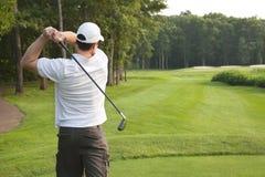 年轻男性高尔夫球运动员发球区域在同水准三 免版税图库摄影