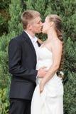准备好的新娘和新郎亲吻 免版税库存图片