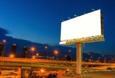 在暮色时刻的空白的广告牌的广告 免版税库存图片