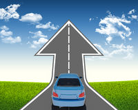 在箭头路的蓝色汽车 免版税库存照片